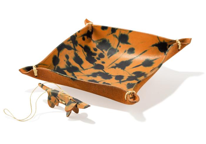トレイ¥16,000 犬のチャーム¥3,700(MADESOLID/ACME furniture自由が丘店☎03・5731・9715)
