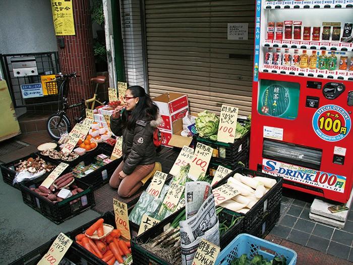 レコード店の定休日は店先で地元産の野菜を販売。商店街の活性化にも。