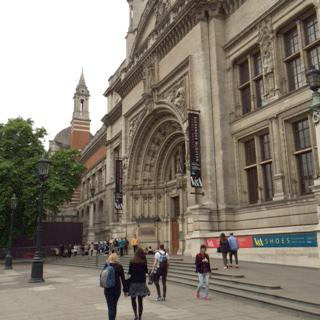 会場のヴィクトリア&アルバート博物館。午後になっても行列が。回顧展は8月に幕を閉じた。
