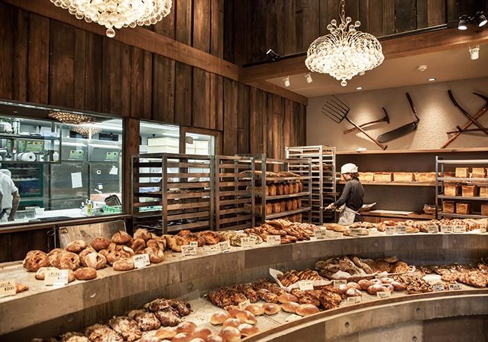 アーチを描いた陳列台は、順に取り進んでレジへと向かう動線を基本に作られている。80種類ほどの中でも人気は食パンとカレーパン。