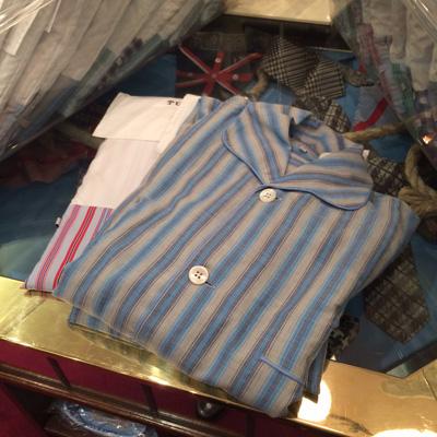 これが〈ターンブル&アッサー〉のパジャマ。袋に入っていてとてもかわいい。写真は、撮ったのですが……。