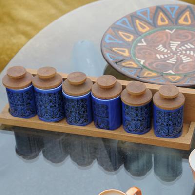 〈ホンジー〉のヘアルームの香辛料入れセット。ブルーの色合いがとにかくカッコいい。写真は、撮ったのですが……。