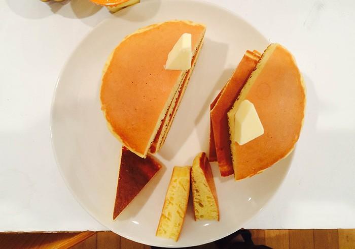 糖質カットを表現するために3分の2、2分の1、3分の1とどんどん小さくなっていくホットケーキ。プリンと違って重力に負けない美しい立ち姿。すべての食材、最後はスタッフでおいしくいただきました。
