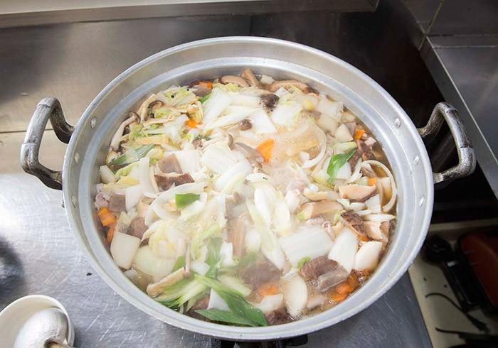 具沢山のちゃんこ鍋は業務用のどでかい鍋で。秘伝のタレの甘みが疲れた体に染みるのです。
