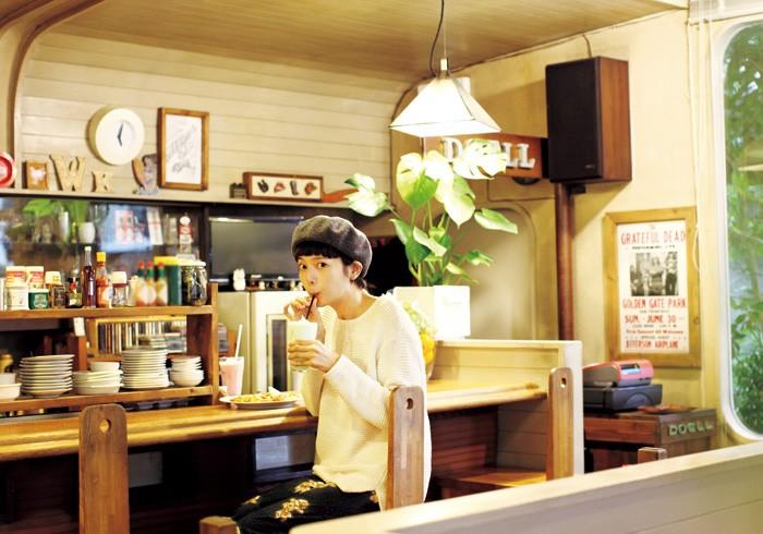ジュースを飲む菊池亜希子