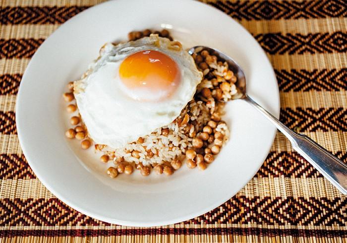 ひよこ豆チャーハン¥1,000(税込み) 豆の国ミャンマーの底力を見た気が。発酵した茶葉を使ったお茶の葉サラダや、ひよこ豆で作った豆腐の揚げもの「トーフージョー」など、魅力的な食べ物ばかり。