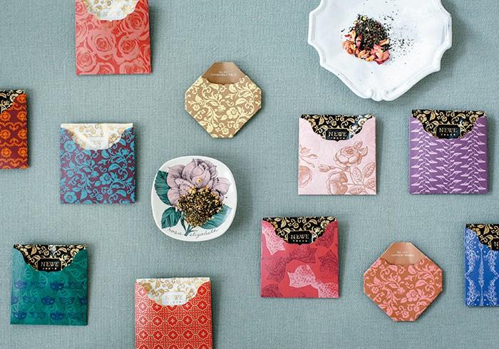 天然の芳香がふんわりと広がる大人のフレーバーティー。個包装(全16種)各¥450。そのほか、8個入りボックス(全8種)¥3,300~も。