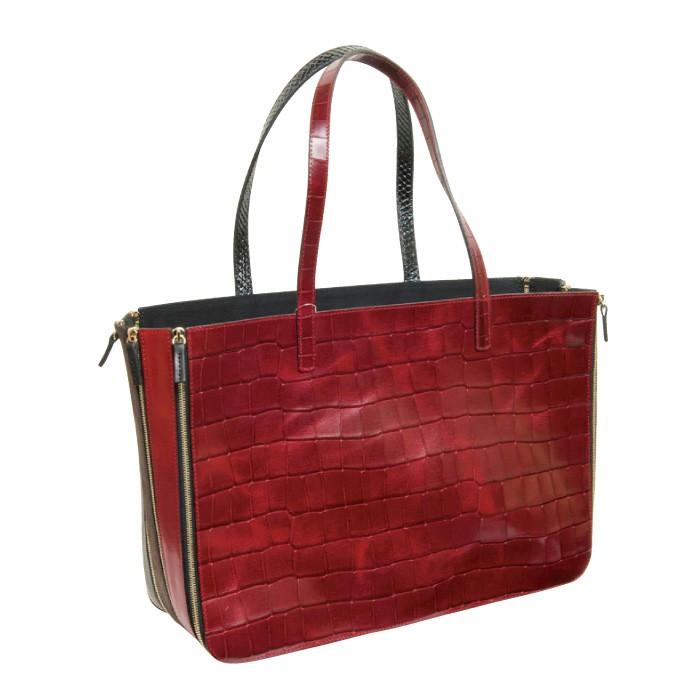 革とベルト状のパーツを組み合わせたバッグは、内側に折って三角形に変形したり、ファスナーでサイズ調節が可能。トートバッグ13万5000円(LE FACETTE A館5F)