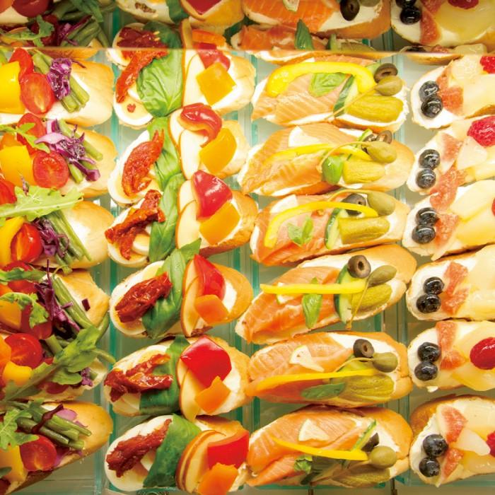 フルーツオープンサンド371円など。トッピングは日替わり。具材と一緒に食べやすいよう、柔らかめに仕上げた特製のパンを使用。