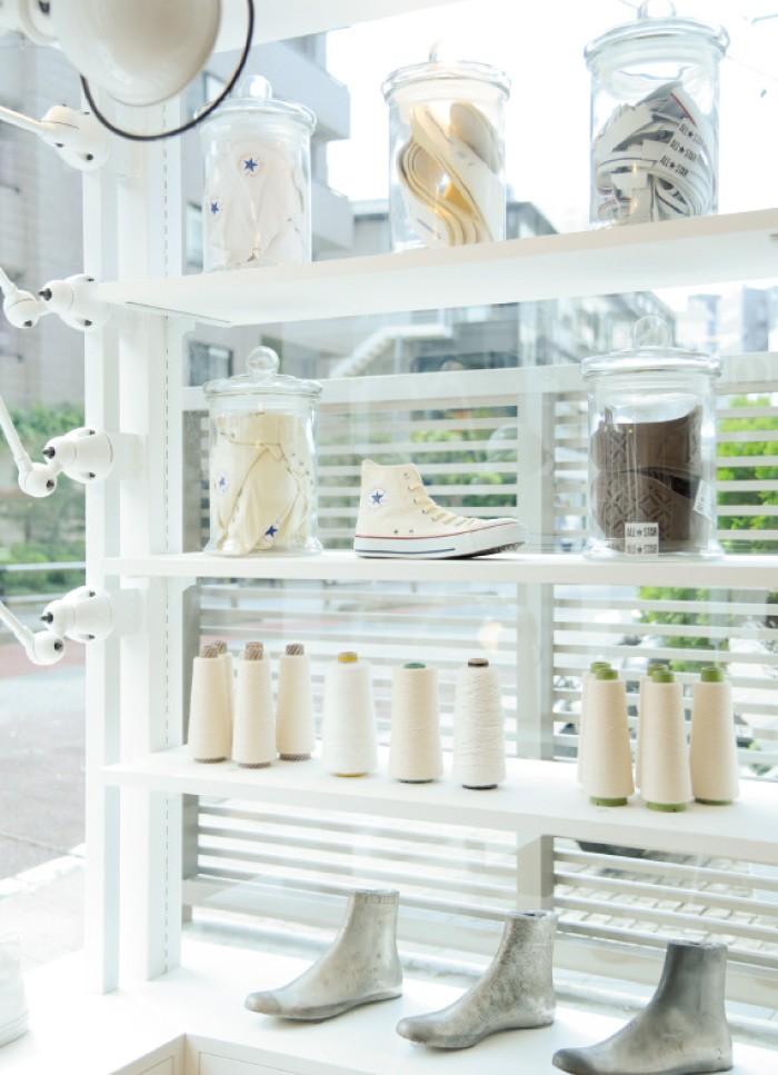 店名の通り、白が基調の店内。さりげなく飾られたアイテムにも靴作りのストーリーを感じられる。