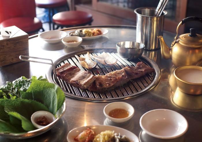 必食は少し甘めのタレに漬けられた豚の皮700円。むっちりした独特の食感が新鮮。牛カルビ350g 2000円。マッコリ700円は酸味がきいたものをセレクト。