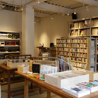 『WALTS』の店内。ヴィンテージのラジカセの他に、ジャケ買いしそうなカセットテープ、雑誌の伝説の特集号などなど……。