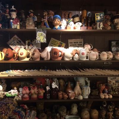 「僕のこの一品」というページに登場してくれた秋山孝広さんの店で、おなじく中目黒の『California Store』の棚もいい。ポパイと、おっぱい!?