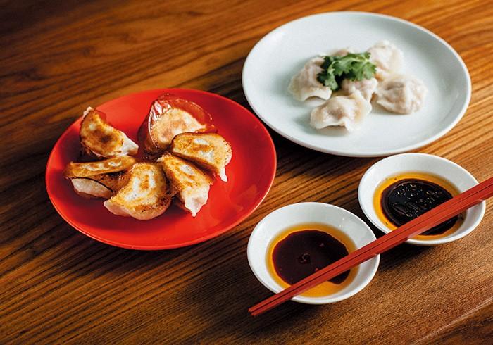 焼き餃子と水餃子。各¥600。ペロリと食べられる軽やかさも魅力のひとつ。女子ひとりでも、水餃子&焼き餃子一皿ずつの完食は余裕だからどっちも頼もう。
