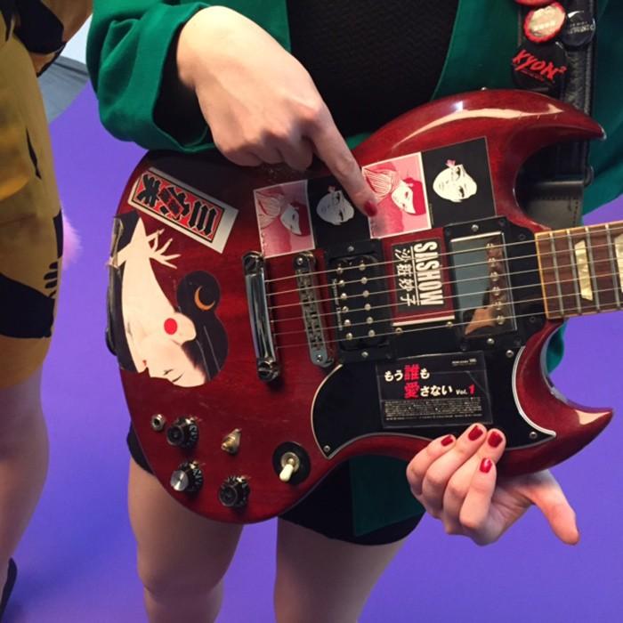 ギター&おっぱい担当・中尊寺まいさんのギターに貼られたドラマ「もう誰も愛さない」のシール。細部までいきとどいたバブル!!