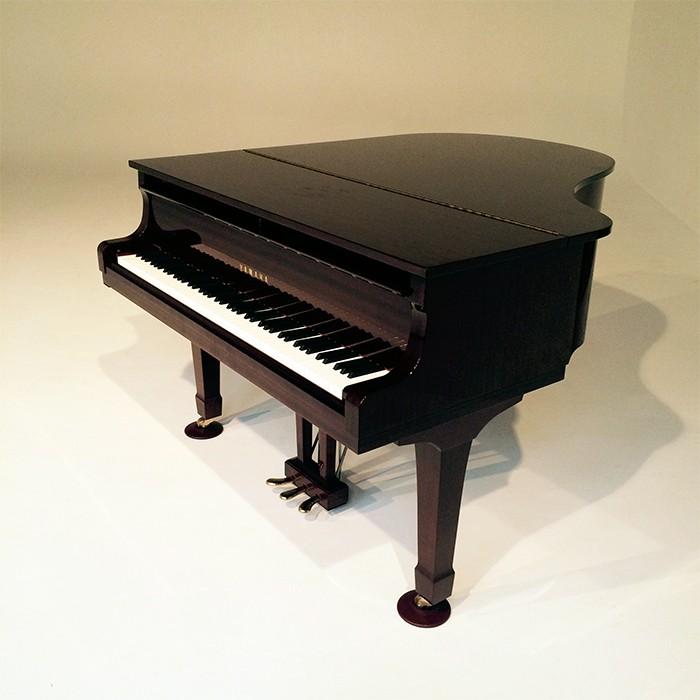 撮影の際にレンタルした小ぶりなグランドピアノ。撮影途中、木村さんが鍵盤の上に指を…(!)ほんの一瞬でしたが、スタッフ全員美しいメロディに心を奪われました。感涙。