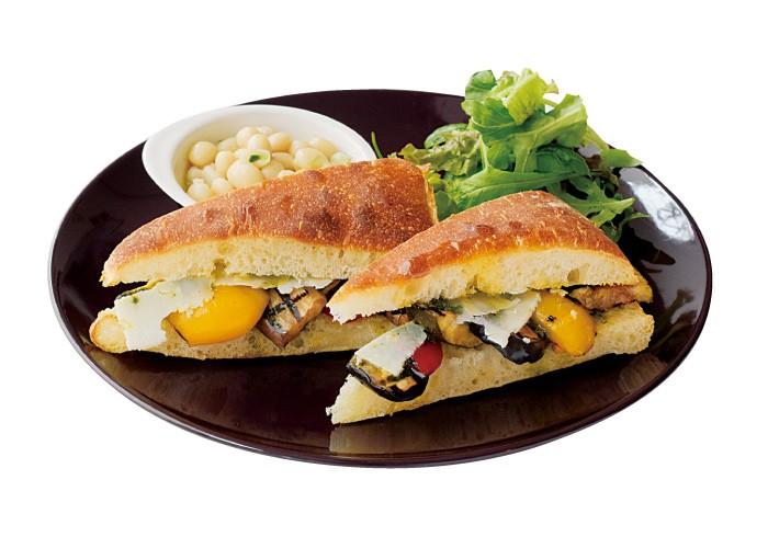 イタリアのモツサンド1200円。野菜のダシでゆでた豚ホホ肉、タン、ハツがたっぷりと。パセリのグリーンソースがアクセント。イタリアの屋台でも人気のモツサンドを「3&1」流にアレンジ。すべてのサンドイッチに旬の野菜のココットがつくのもうれしい。