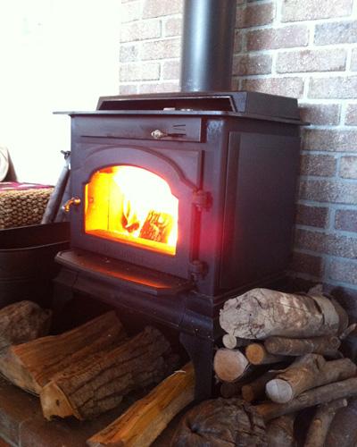 冬のベターライフといえば、暖炉や薪ストーブ。火を眺めているだけで心穏やかになれます。……安心してください、私の自宅ではありませんよ。
