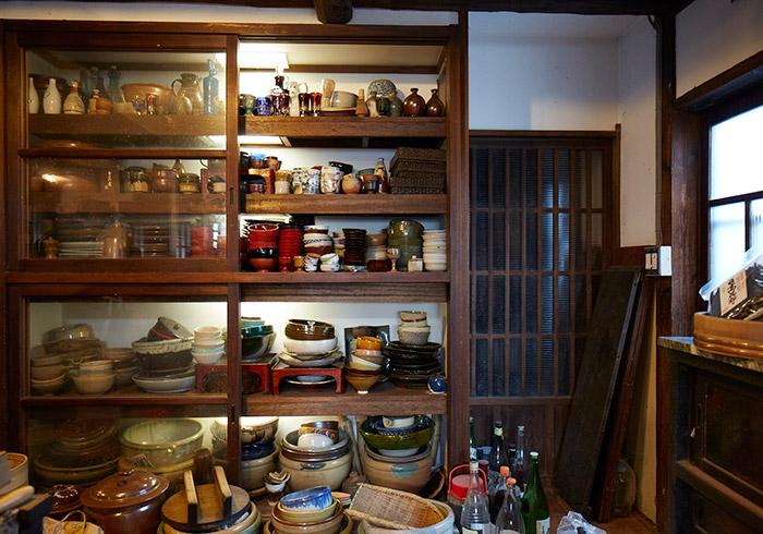水屋箪笥にはナンシーコレクションの器が並ぶ。