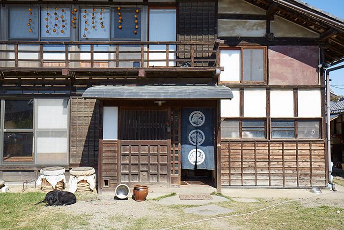 日本家屋の外観。玄関右手が今回誌面で紹介した台所スペース。