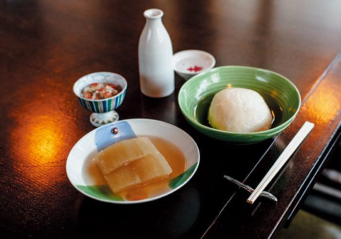 右から、自家製半片¥400、冬瓜¥100。珍味を多く揃えるのも、今さんのこだわり。「日本酒と一緒にアテを楽しむ。そんな珍味の文化を守りたいんです」と今さん。