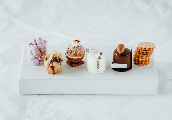 生菓子から焼き菓子、コンフィズリーまで全40種ほど、迷うも幸せ。手土産にも気が利いています。左から、「メレンゲ フランボワーズ」¥330「フィロ ピスターシュ」¥380「モンブラン」「ペティヨン」「トゥ タン ショコラ」各¥470「サブレ オランジュ」¥420(すべて税込み)。