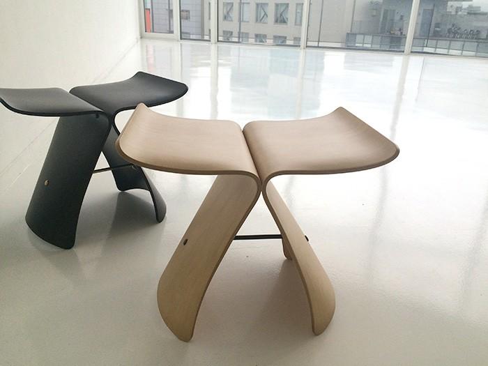 日本を代表する椅子、柳宗理デザインの「バタフライ・スツール」。特集のどこかに登場してるので探してみて。