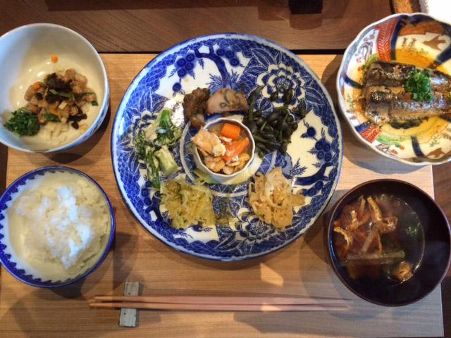 〈里山十帖〉の朝ごはん。納豆、味噌汁、漬け物など、米+米がすすむものセット、という感じです。米おかわりし放題。