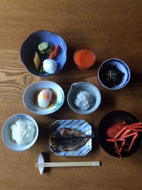 料理民宿として有名な、伊豆〈かいとく丸〉の朝ごはん。こちらは作家の久住昌之さんに「理想の温泉宿の朝ごはん」としてエッセイを書いていただきました。こちらもぜひ読んでみてください!