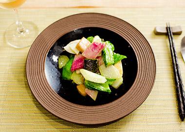 モチモチの生麩が入った、いろいろ野菜炒め ¥1,800。紅芯大根や四角豆、ハヤトウリなど、苦味、甘味、食感が好バランス。食材の組み合わせの妙は松下和昌シェフの真骨頂。季節替わりの春巻きにも毎回驚かされる。