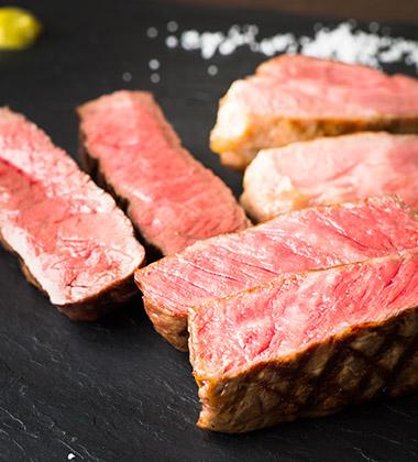 本日のお薦め肉の盛り合わせ(牛サーロイン、牛ウチヒラ、豚肩ロース) ¥7,000。さくっと歯切れがよく、香り、旨味に凝縮感がある。