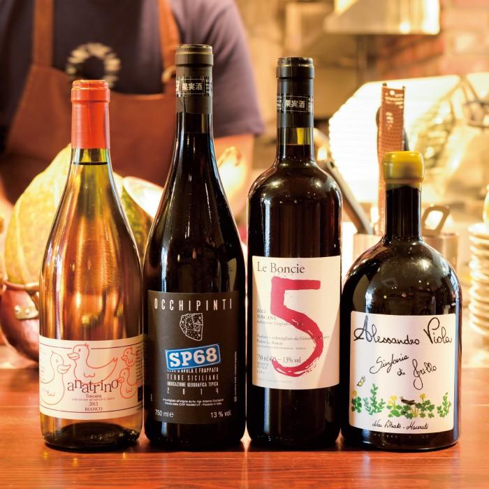 「リ・カーリカ」ともに店の柱ともいえるのが、イタリアの自然派の造り手のワイン。するりとした飲み心地、料理と合わせたときのおいしさに、これまでワインを飲まなかった人も夢中に。グラス700円〜、ボトル4000円〜。