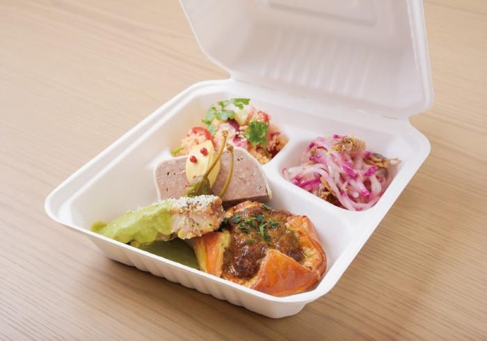 ランチメニューのテイクアウトは1100円。主菜1種、温菜2種、冷菜2種を選ぶことができる。