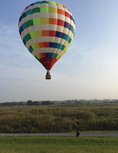 気球デートの撮影風景。風速3m以下の時しか飛べないので、風の出ない朝6時に栃木の遊水地に集合。このあと上空400mまで浮上したのでした。