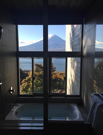 誌面では紹介しきれなかった、全室富士山ビューの〈星のや 富士〉。バスルームからも富士山が。