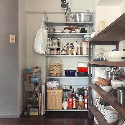 福岡の料理家、渡辺康啓さんのキッチンから。この収納の美しさ。