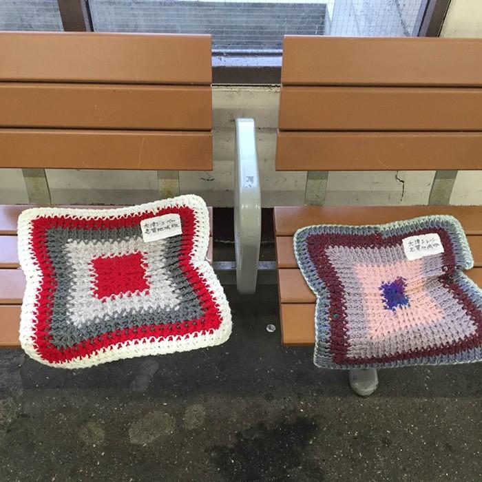 志賀駅にて、お尻を助ける座布団。寒冷地ならではの気づかいですよね。