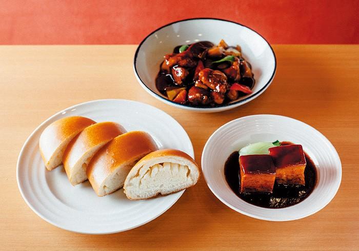 揚げ蒸しパン1本¥540(ハーフ¥320)、トンポーロー(Mサイズ)¥780、黒酢の酢豚(Mサイズ)¥880。揚げ蒸しパンは数に限りあり。席の予約とともに、揚げ蒸しパンも予約を。料理は一人でも食べ切れるSサイズも用意。値段はすべて税込み。