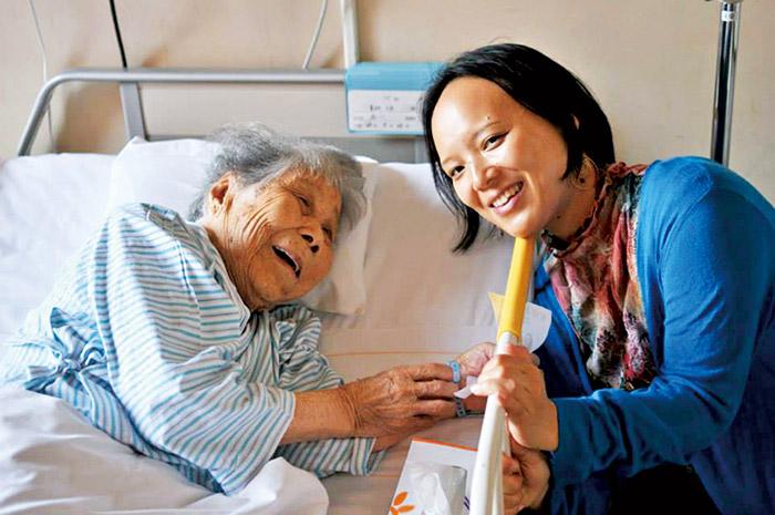 3年前、100歳の本村トラさんを訪ねて長崎・伊王島に。童謡をきれいな声で流れるように歌ってくれた。