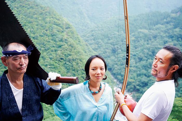 徳島・西祖谷山の木挽き職人の仕事歌「木びき唄」のルーツを、パーカッション奏者・渡辺亮さん(右)と訪ねた。