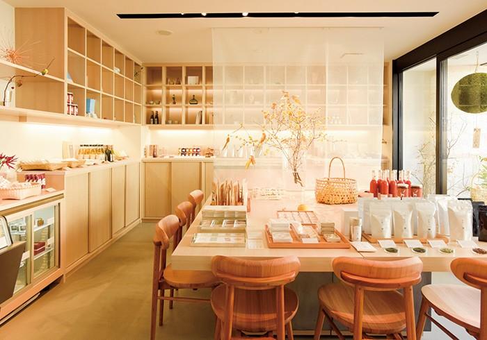 吉野檜の棚やテーブルに、奈良の特産品や工芸品などが並ぶ。