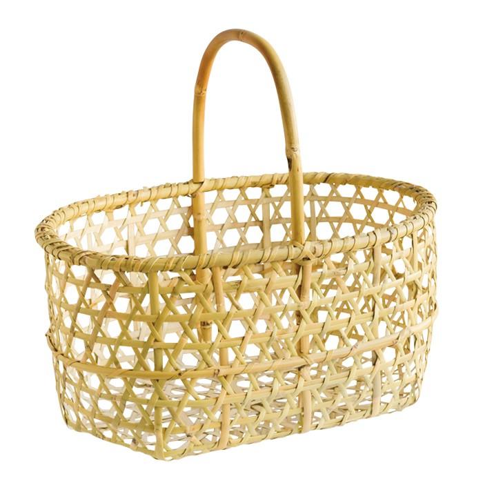 丈夫な竹籠はインテリアとしても活躍。6600円。