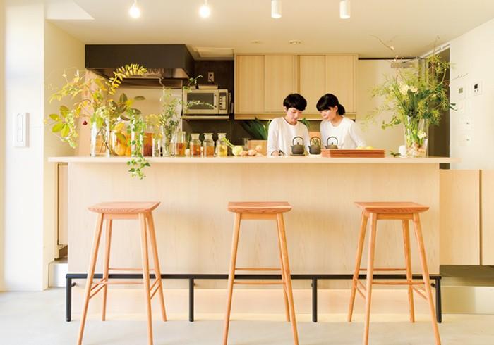 気持ちのいい光が入るカフェコーナーはショップのすぐ隣に。