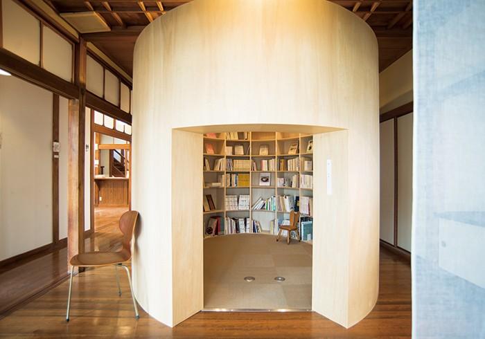 奈良や伝統文化の本を中心に500冊の蔵書をそろえたライブラリーは「繭」の中に。