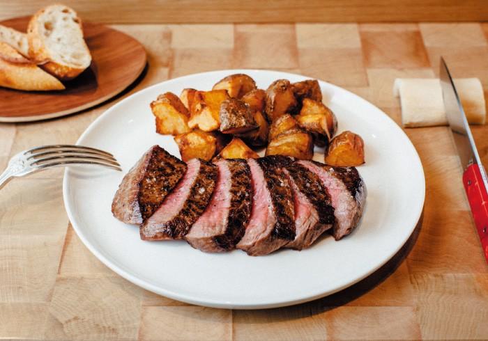 写真はウィークエンドランチ¥3,200(平日ランチは¥2,000。部位によってプラス料金あり、前菜、デザート付き)。肉を指定してオーダーするなら2階へ。 ただし1か月先まで満席なので、まずは予約いらずのランチがおすすめ。平日ランチは1、2階とも同じメニューでお値段も手ごろ。どの肉が出るかは、その日によって違うのでお楽しみ。