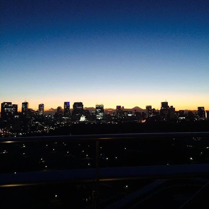 部屋からの冬の夕焼けがキレイすぎて、この眺めにもうっとり。スタッフ一同、大撮影大会となりました。