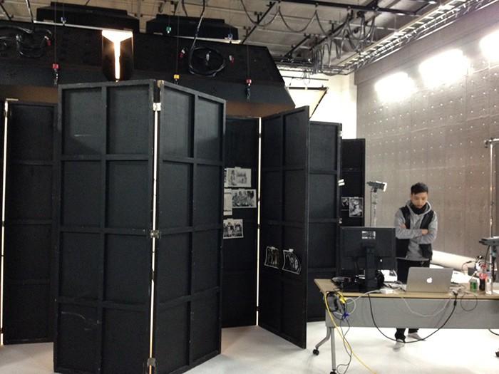 カメラマンKIKUMA氏による特殊撮影セッティング。その内部で撮影された5人の表情は…本誌で確認を!!!