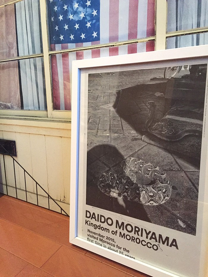 特別付録は、森山大道の最新作〈Kingdom of MOROCCO〉をタブロイド判で。新聞的に見てもらってもいいし、いろんな壁に貼ってもいい。僕は、好きな写真のページをきれいに切り取って、額に入れて、飾ろうと思っている。このタブロイド判をデザインしてくれた吉田昌平くんは、さまざまなコラージュ作品を発表するアーティストでもある。彼を起用したい、森山さんの作品でコラージュも作りたい、と言ったとき、森山さんは「いいね〜、やってよ、やってよ、カッコよくしてよ」と言ってくれた。自分の作品が切り刻まれるというのに、笑顔で快諾してくれる懐の深さ。その言葉には「いいものを作ってお返ししよう」という、現場をやる気にさせる魔法がありました。