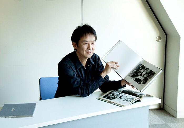 写真集『仲治への旅』に掲載されたリンゴの写真について解説する大森克己さん。(撮影:山崎智世)