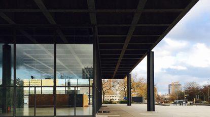 ミース・ファン・デル・ローエによる〈新ナショナルギャラリー〉。力強く張り出した屋根スラブがドイツ。それとは対照的な繊細な柱に区切られたガラスの箱が名作建築たるゆえん。